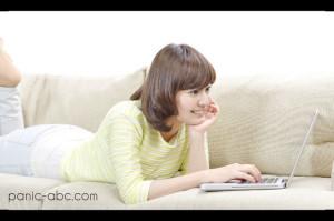 インターネットを楽しむ女性